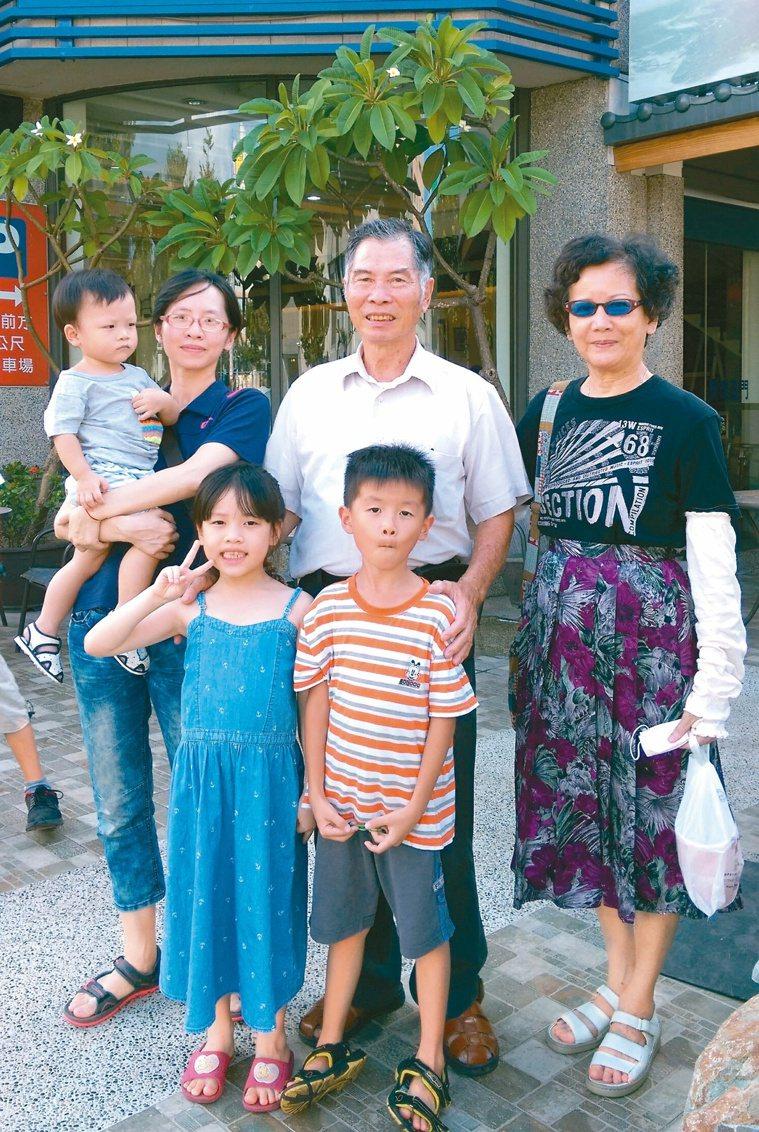 返鄉任教就近照應父母,托育幼女讓兩老含飴弄孫以保心境年輕。圖/林萱宜提供