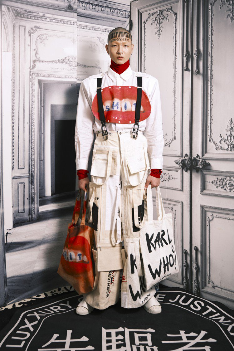 用各種時尚品牌購物袋重組的服裝。圖/JUST IN XX提供