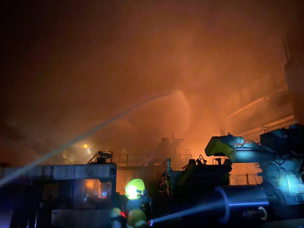 高雄岡山區燁聯鋼鐵油槽9日晚間起火,火勢猛烈,現場氣氛一度緊張。記者陳玫伶/翻攝