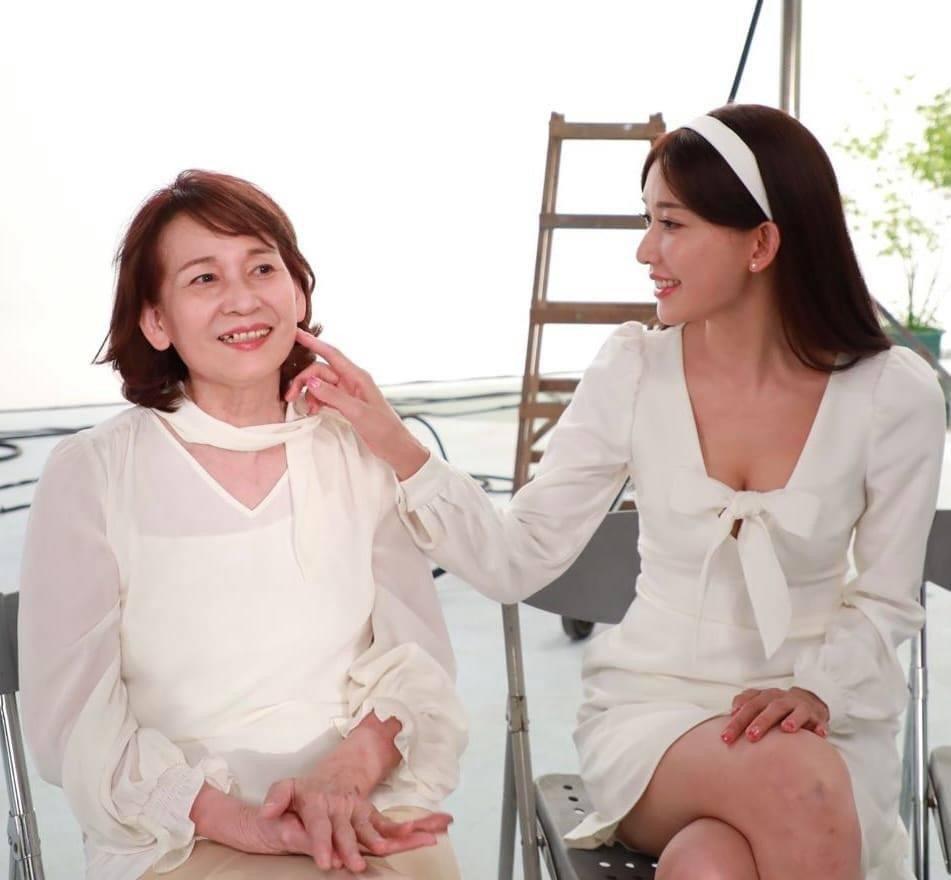 林志玲貼出與媽媽合影。圖/摘自臉書