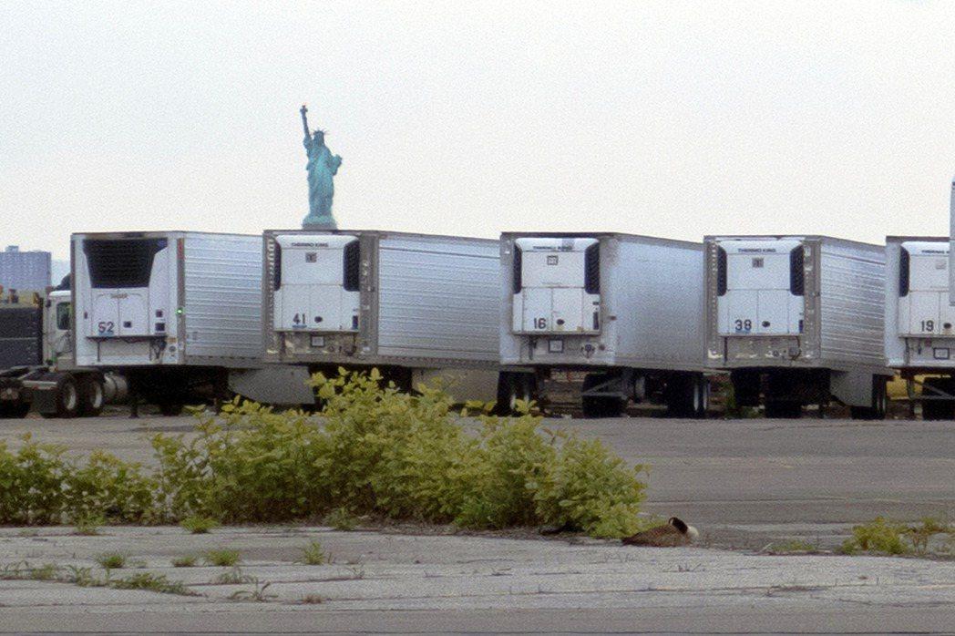 美國2020年疫情爆發後,為緩解醫院太平間的空間壓力,紐約市將多台冷藏拖車改造為...