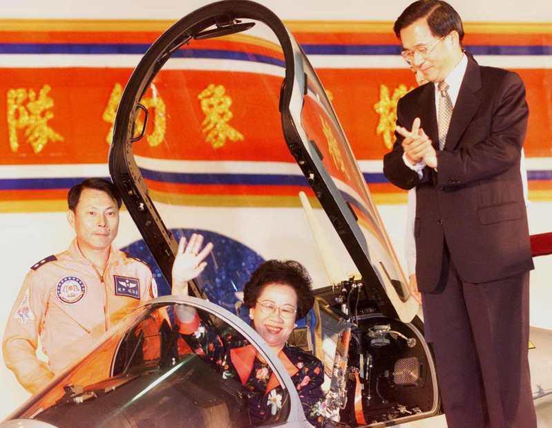陳水扁總統(右)與呂秀蓮副總統(中)上午到新竹空軍基地主持空軍第499聯隊幻象戰機成軍典禮,陳水扁並邀請呂秀蓮登上戰機,慶祝她的農曆生日。圖/聯合報系資料照片