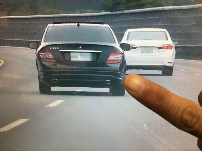 根據國道高速公路警察局統計,近5年來取締「任意變換車道」違規件數,暴增近5倍之多。記者蔡維斌/翻攝