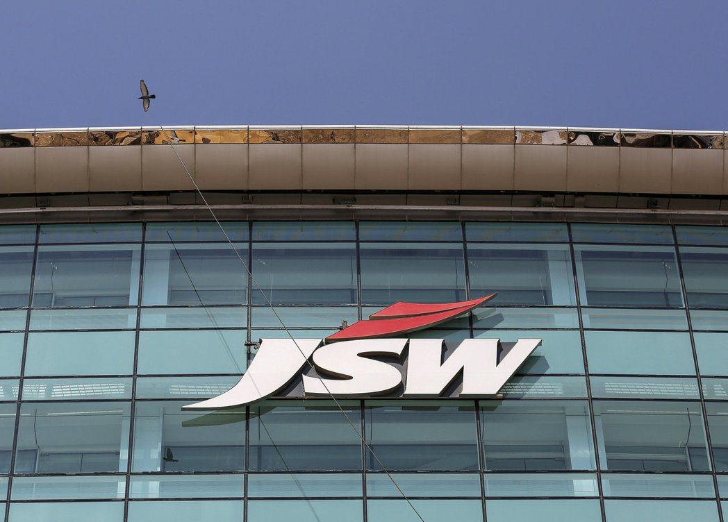 印度鋼鐵龍頭JSW表示,由於氧氣不足,已減產近10%鋼鐵。路透