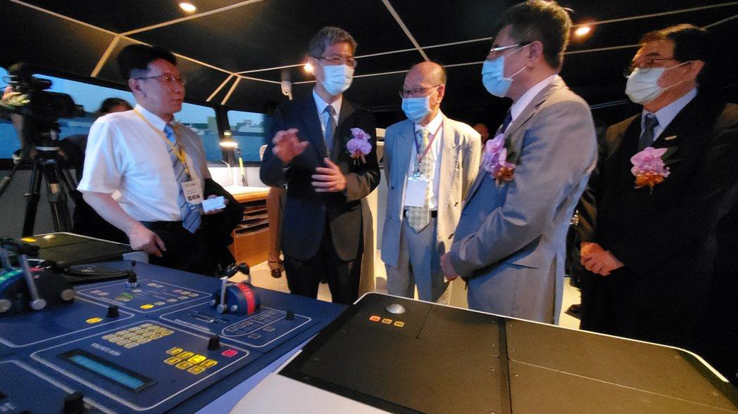 簽約會後,航港局等嘉賓參觀高科大海事模擬成果。記者王昭月/攝影