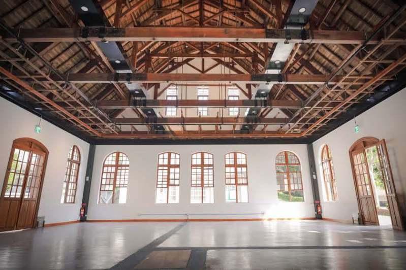 竹中劍道館是台灣現存武道場中唯一採洋式建築風者,採用上等的檜木及杉木,為一棟磚造木構架的建築物,屋面為複折式,山牆面呈現尖形山峰,創造出高聳的感覺,異於一般洋式建築的風格。圖/新竹市政府提供