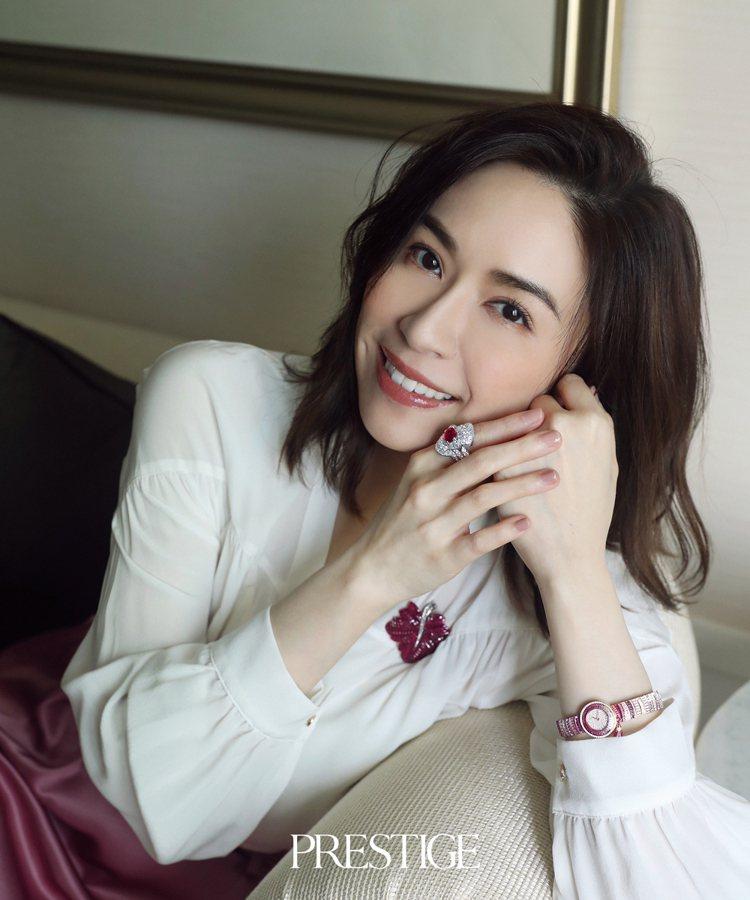 蔡依珊配戴梵克雅寶高級珠寶登上名人雜誌封面。圖/PRESTIGE提供