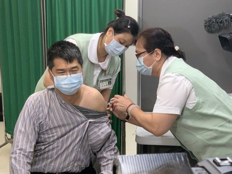 華航諾富特群聚事件延燒,民眾施打AZ疫苗意願提升,近日大型醫院預約名額幾乎一開放...