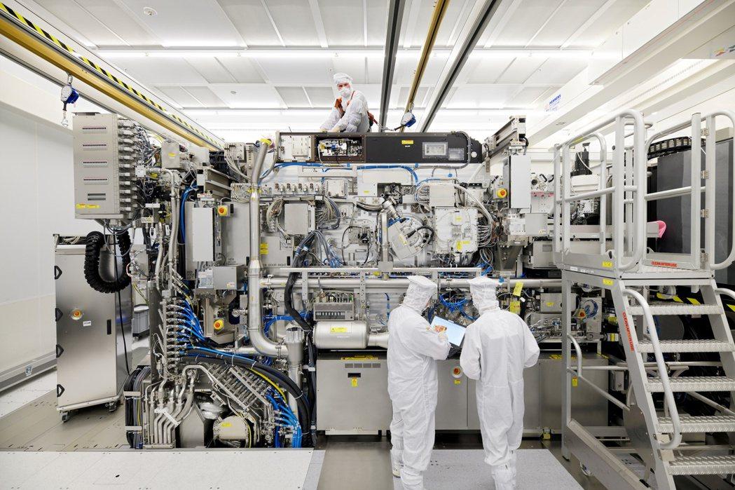半導體設備業者艾斯摩爾公司員工組裝光刻機。路透