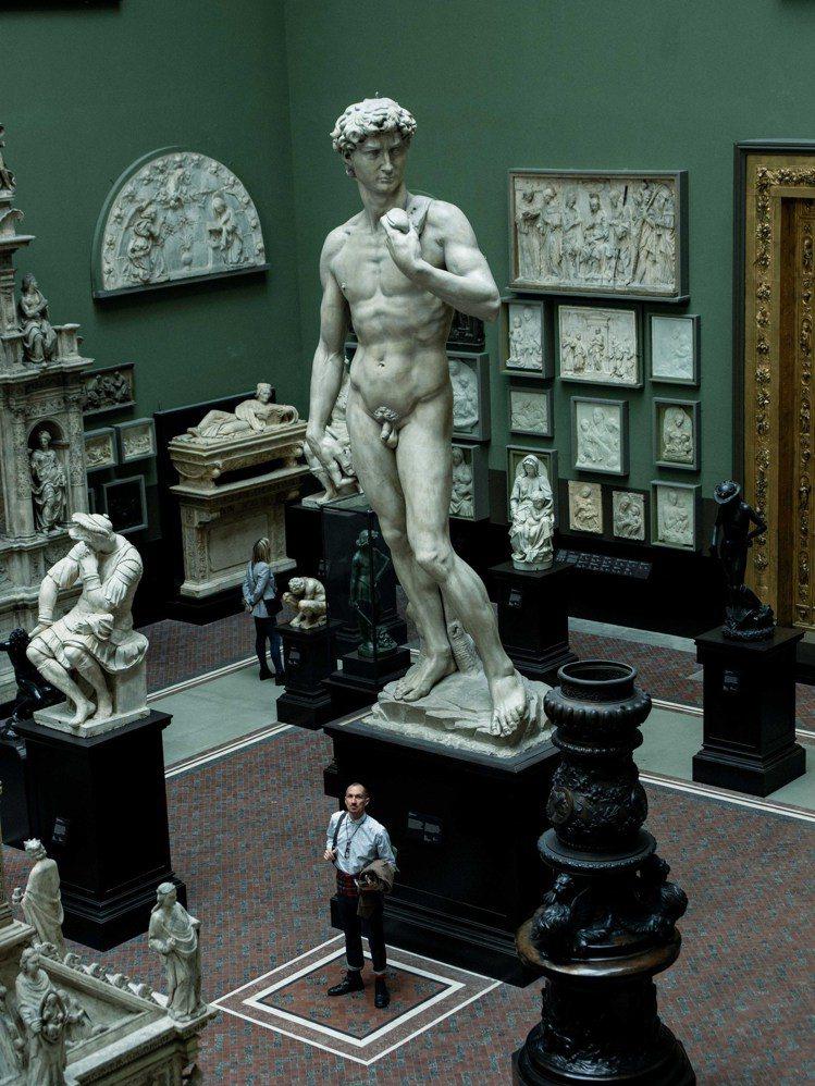 蒂姆.沃克於倫敦V&A博物館。圖/Tim Walker Studio
