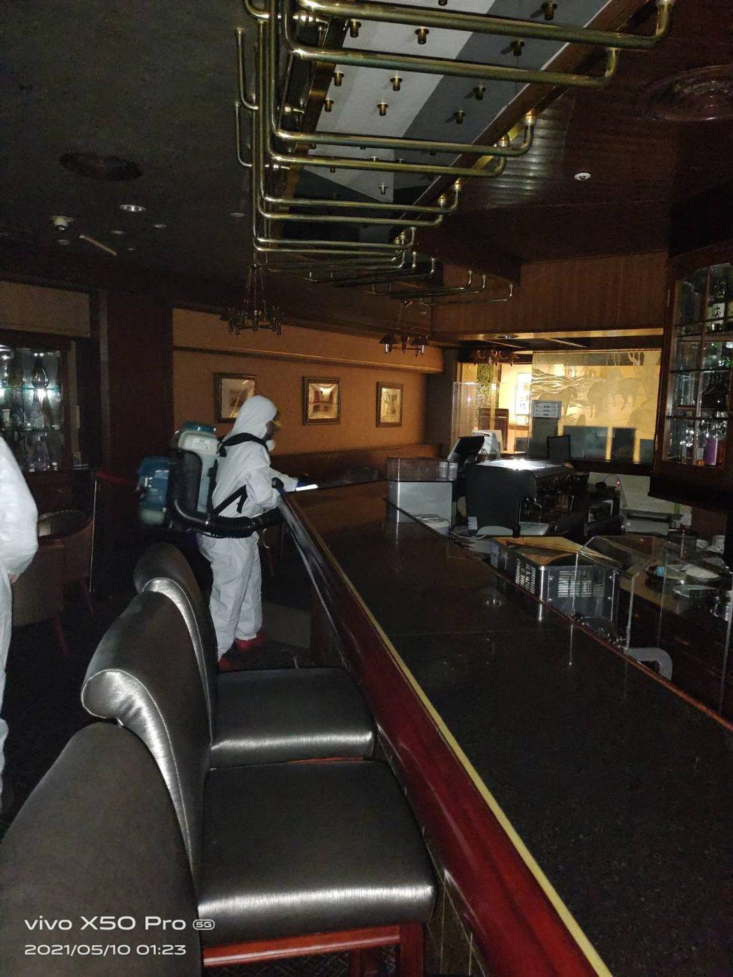 福華飯店昨接獲通知後即刻進行消毒,七賢吧也將暫停營業7天。圖/福華飯店提供