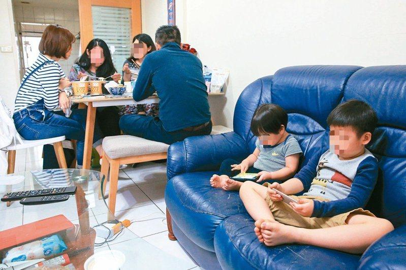 不少家長習慣拿手機給孩子玩,以達到安撫目的。圖/本報資料照