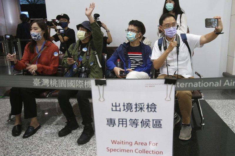 亞太國家政府和人民對新冠病例零容忍的心態,更讓這些國家開放邊境顯得遙遙無期。圖為台灣桃園機場的出境採檢區。美聯社