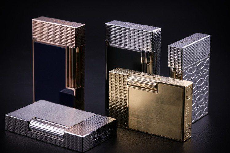 全尺寸經典Line 2打火機,具有黃金、鉑金或玫瑰金微鑽石浮雕紋款式,價格店洽。...
