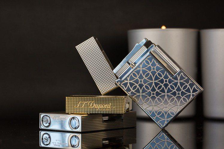 優雅的Line 2 Small打火機具有鉑金、黃金微鑽石浮雕紋款式,搭配金色拉絲...