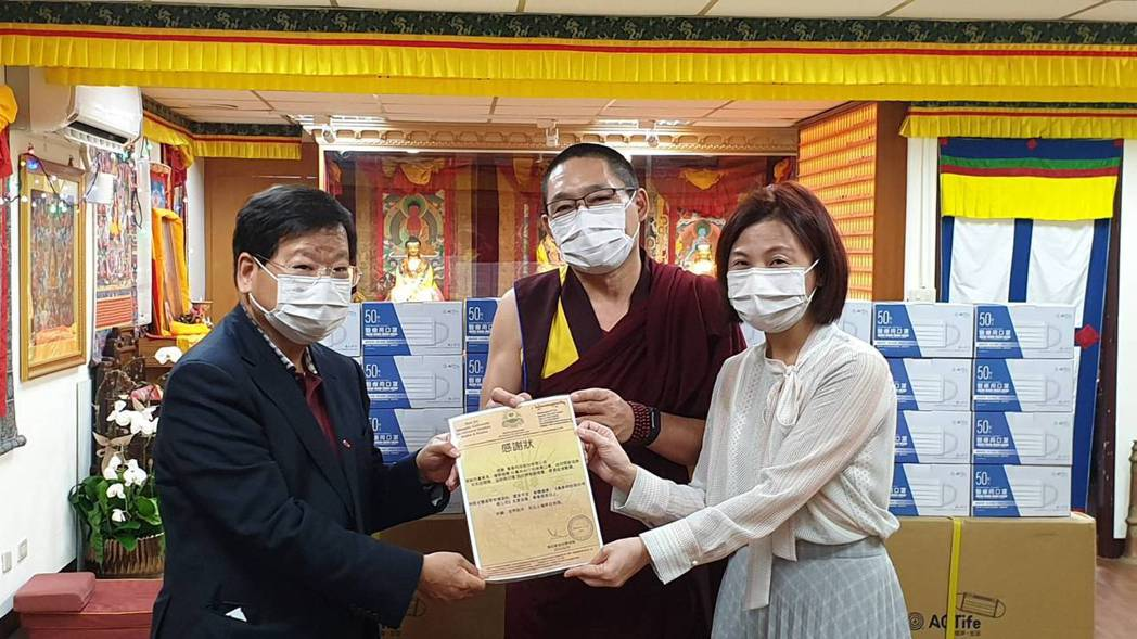 萬泰集團董事長張銘烈(左)捐贈10萬片萬泰ACT抗菌抗病毒所製作的醫療用口罩,給...
