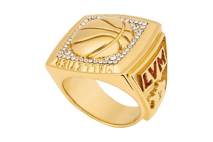 飾有LV×NBA標誌的戒指也是仿效球賽文化核心的冠軍戒指。圖/LV提供