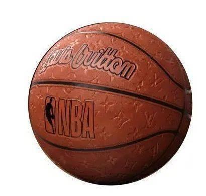 將隨NBA 2021-22年75週年賽季登場的限量版「史上首款路易威登籃球」,真實尺寸款上更可以看到滿滿的Monogram圖案壓紋,超有收藏價值。圖/摘自微博