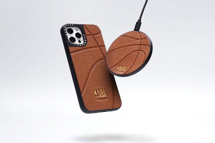 延續年初大受歡迎的籃球荔枝皮革手機殼熱潮,二度聯名以經典籃球標誌色橘色皮革亮眼回...