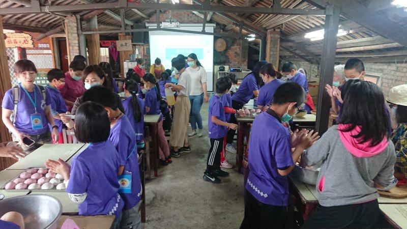 大有社區每年接待逾1000名參訪者,公司企業、學校機關和親子團紛紛來上體驗課程。記者簡慧珍/攝影