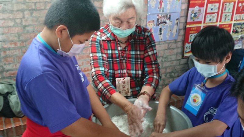 南投縣達娜伊國小師生到大有社區體驗做粿,阿嬤教揉捏餡料。記者簡慧珍/攝影