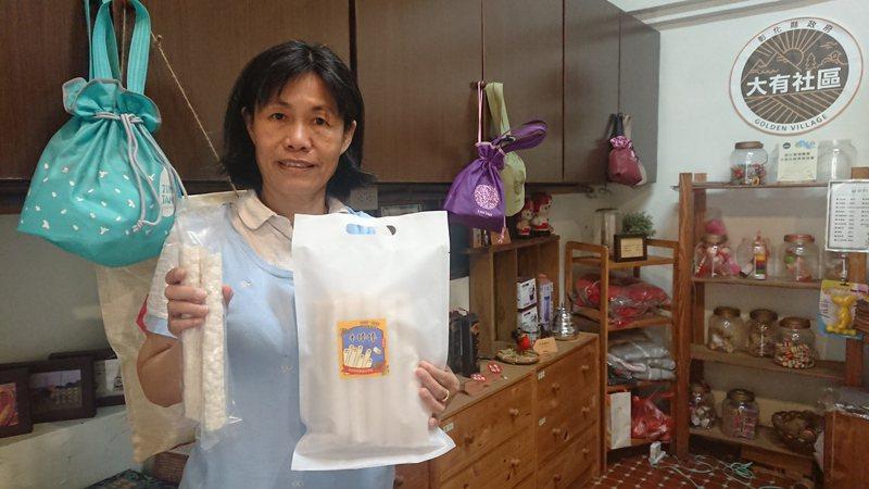 用金炭稻製成的米棒是大有社區開發的新產品,吳素秋正在推動友善農業結合社區經濟自主。記者簡慧珍/攝影