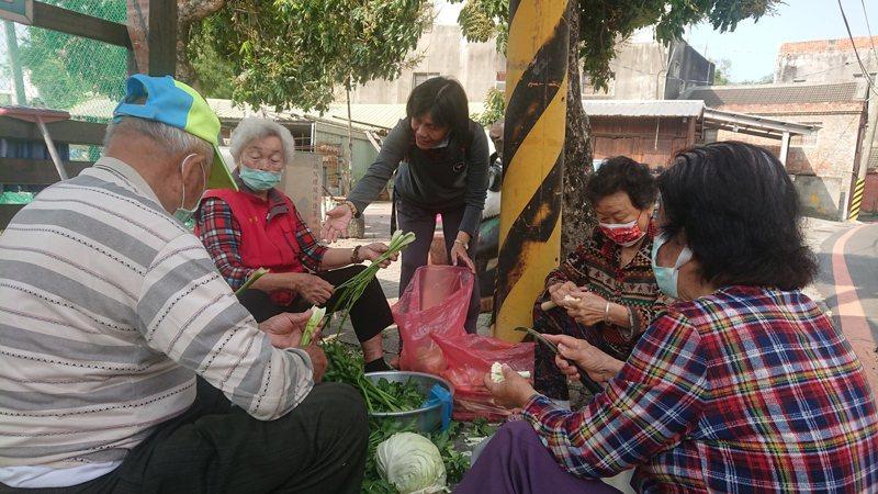 大有社區關懷據點每天都有值日生處理當天要煮的蔬菜。記者簡慧珍/攝影