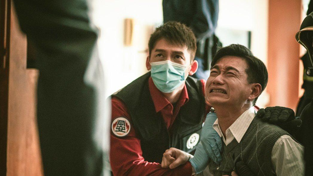 陳家逵(右)在劇中因錯失愛人痛哭。圖/公視、myVideo提供