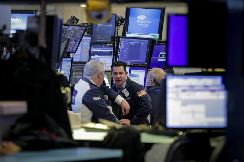 標普500指數在歷史高點附近震盪,投資人正關注本周將出爐的經濟數據,進一步瞭解復甦速度。路透