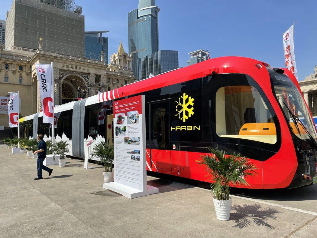 中國中車在上海展覽中心廣場展示「智能軌道快運系統」,號稱無需興建軌道即能運行。記...