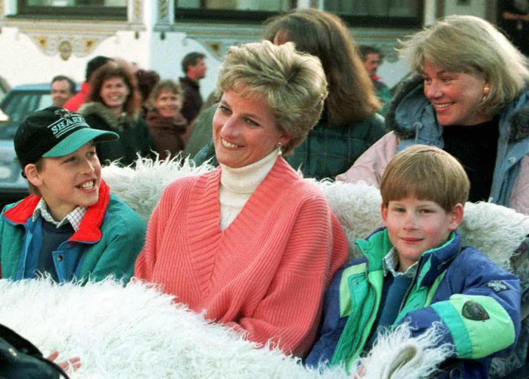 黛安娜(中)生前對兩個兒子威廉(左)、哈利疼愛備至。圖/路透資料照片
