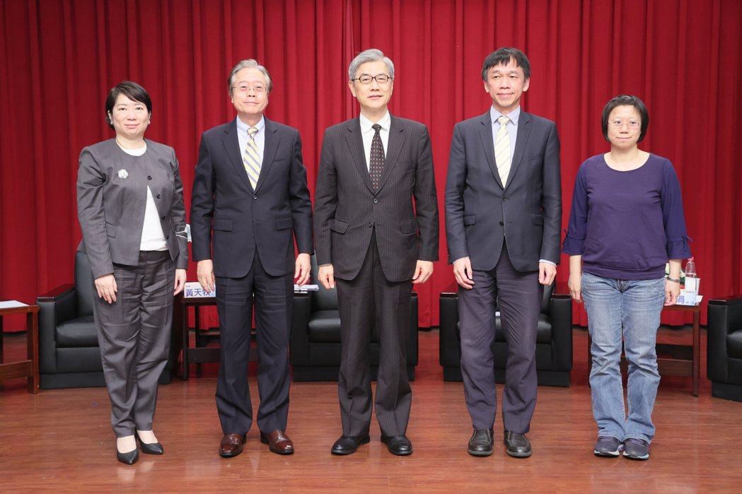 信託公會理事長雷仲達(左二)。記者許正宏/攝影