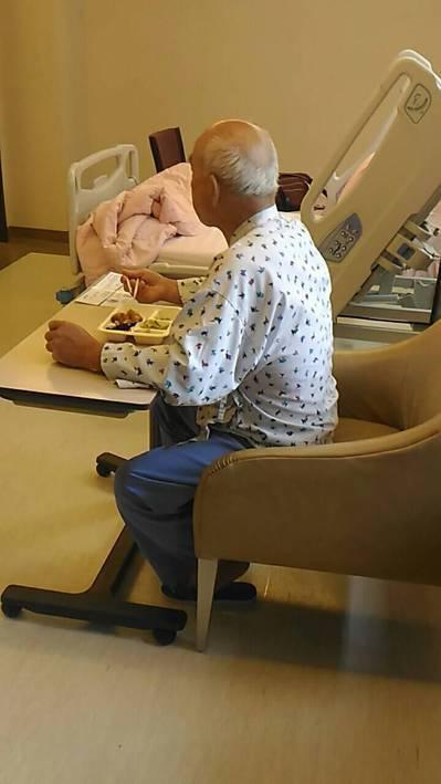 父母老後照顧,專業照顧者提供的服務,較能符合被照顧者的需求。圖/以薰提供