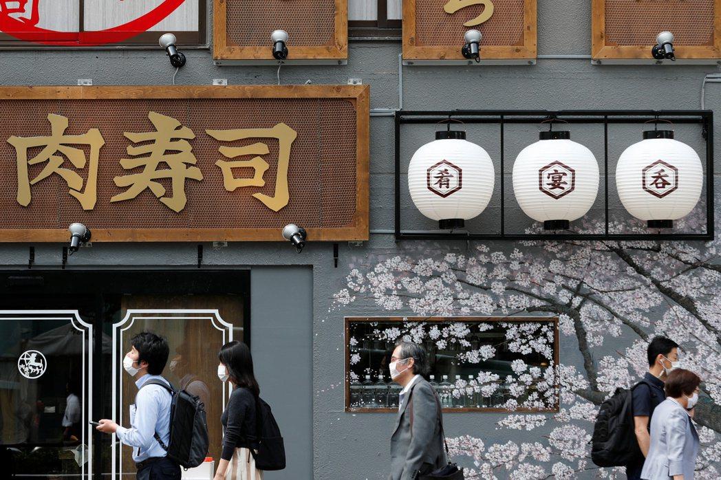 日本首相菅義偉提出百貨商場恢復營業,因此被突然告知東京都將維持停業時吃驚不已,凸...