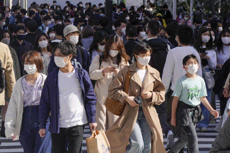 5月6日最新數據,只有2.4%日本人接種了一劑或以上疫苗,不僅在「經合組織」(OECD)37個富裕的成員國中墊底,甚至也明顯不及印尼、哥倫比亞等不生產疫苗且訂購力有限的發展中國家。圖為東京街頭民眾。 歐新社