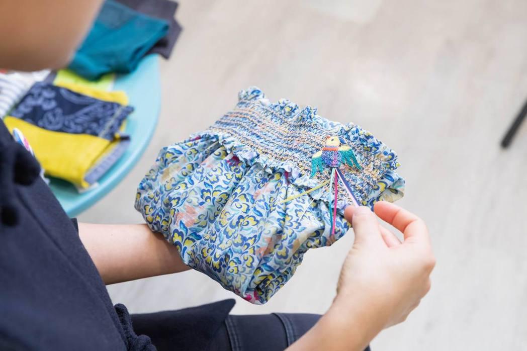 「Yuan」系列的鳳凰牡丹紋洋裝,牡丹與鳳凰有富貴之寓意。麗嬰房盼望一件衣服,能...
