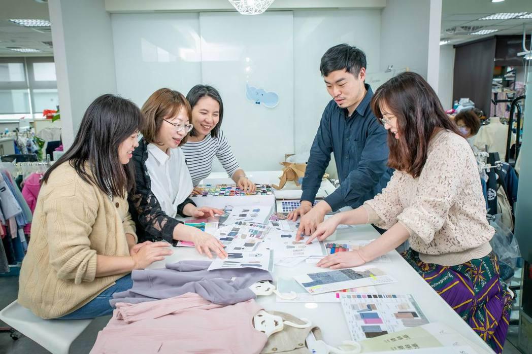 面對快時尚衝擊,麗嬰房選擇站穩腳步應對,每一件衣服把關更嚴格、品質要求精益求精。...