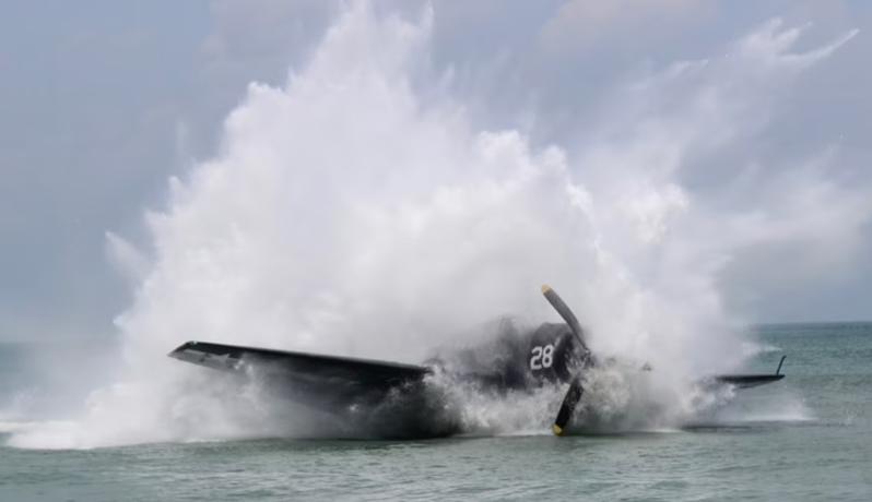 表演的二戰飛機墜落海裡。圖/取自dailymail