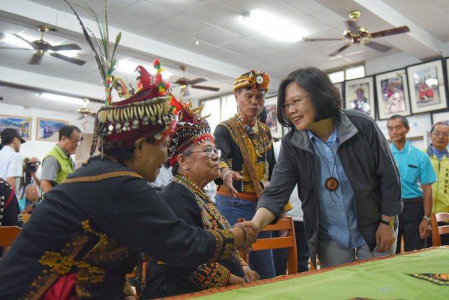 總統蔡英文曾到達魯瑪克訪視綠能成果,不過部落發電之路仍阻礙重重 圖/總統府