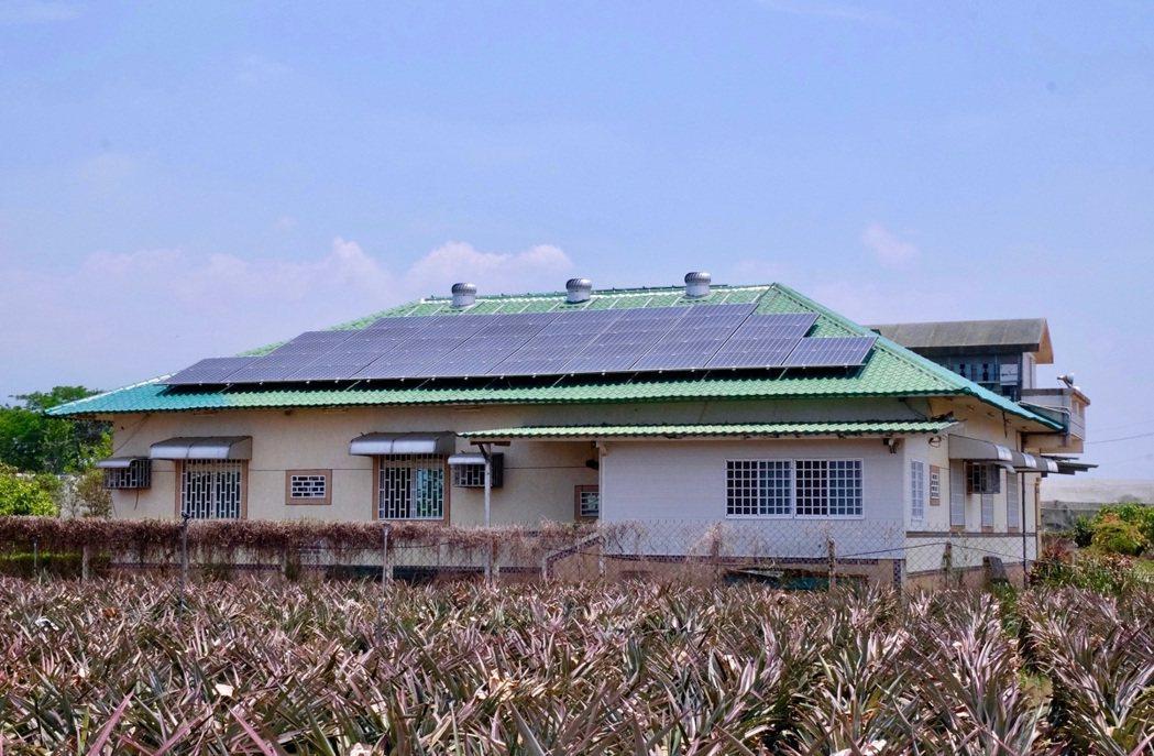 以綠能推動農村再生才能多贏,圖為鄉村的民宅屋頂裝光電板 圖/蔡佳珊 攝影