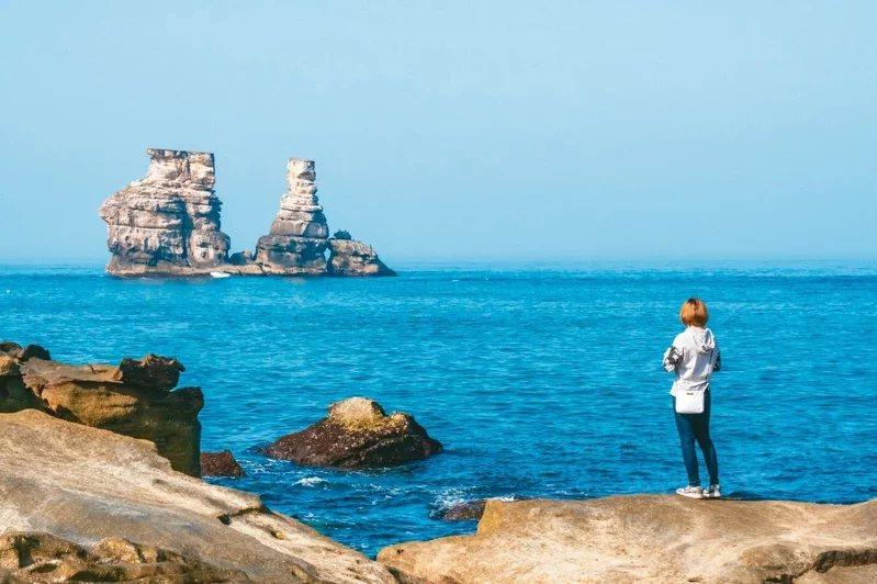 隱身在水尾漁港的爆紅景點「神祕海岸」,可看到被稱為夫妻石的燭台雙嶼。 圖/鄭大成...