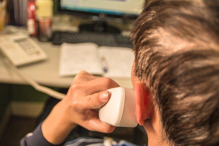 透過電話陪伴聽來簡單,做起來不容易。 圖/廣青提供