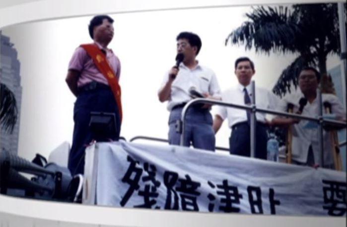 早年鄭牧師與障礙朋友上街爭取權益。 圖/廣青提供