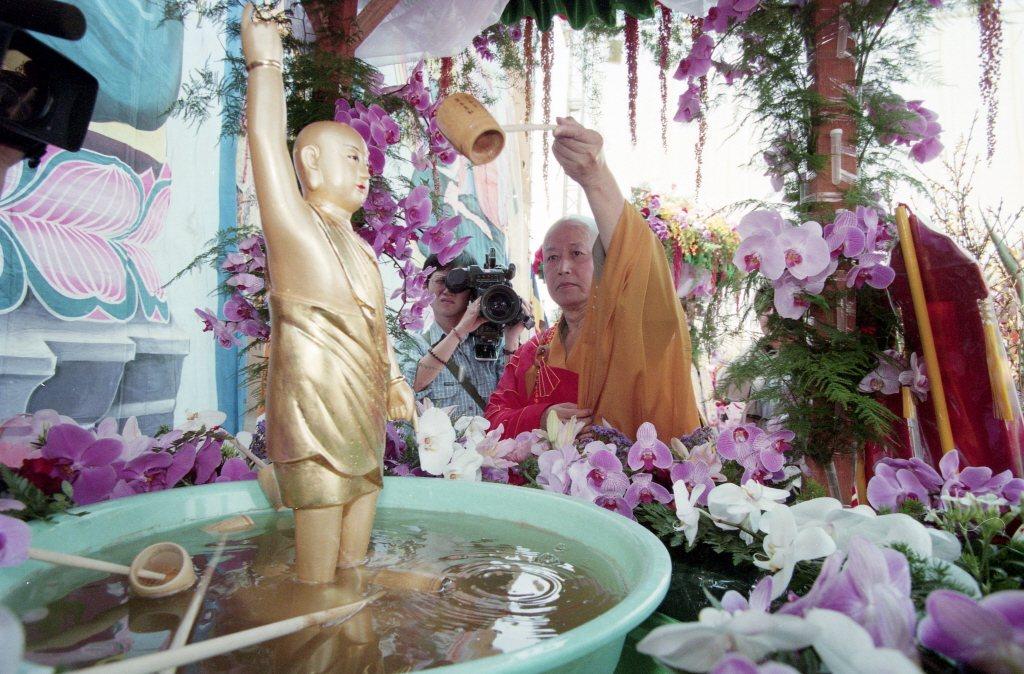 1999年,中國佛教會、世界佛教僧伽會等數十個佛教團體於佛誕日在台北中正紀念堂舉辦佛誕節浴佛祈福大法會。 圖/聯合報系資料照