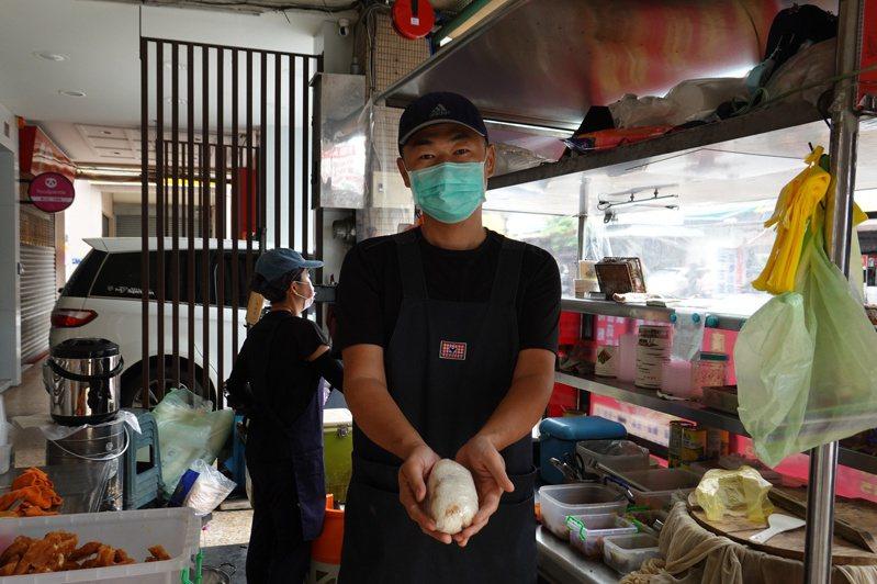臺中金谷市場附近的日出廣東粥,由一對親切的夫妻經營,熟客直接喚他們「鴻團長」與安琪。(圖/金大佛提供)