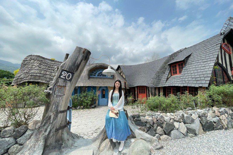 北宋服飾,搭配西洋單品,形成「漢洋折衷」風格。攝於花蓮山姆先生咖啡館。(圖/楚楚提供)