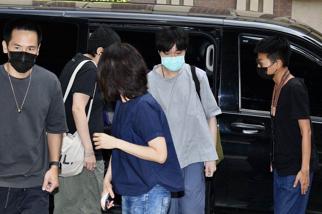 吳青峰(中)到法院開庭,不發一語低頭直奔台北地方法院。記者王聰賢/攝影