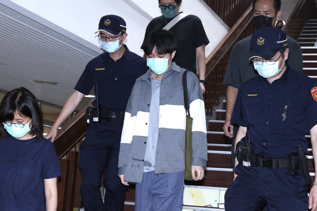 吳青峰開庭結束後快步離開台北地方法院。記者王聰賢/攝影