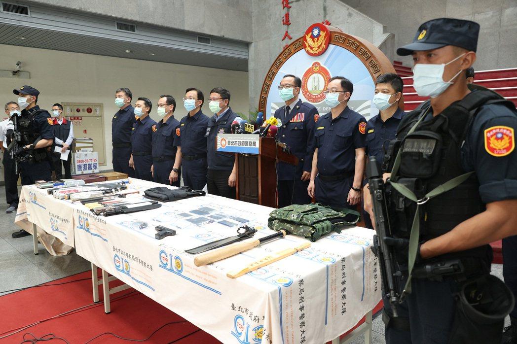 5月6日臺北市警察局長陳嘉昌(右四)親自主持「遲到的破案記者會」,宣示強力打擊黑幫。 圖/聯合報系資料照