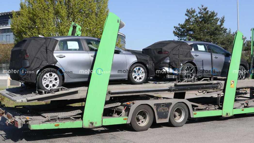 小改款Kia Ceed家族偽裝車首度捕獲 (包括掀背、旅行車與美背獵跑)。 摘自...